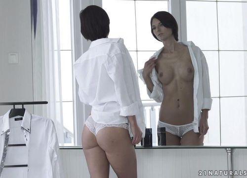 Покрутившись у зеркала, запрыгнула на большой член